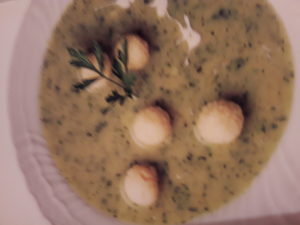 peteršiljeva juha z zdrobovimi cmoki